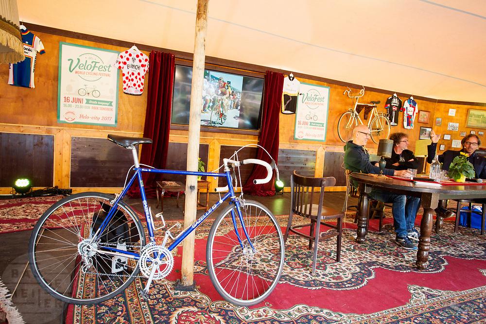 In een wielercafe wordt gepraat over wielrennen, In Arnhem vindt in het Sonsbeekpark Velofest plaats, een festival over fietsen, tegelijk met het roodtruck festival Eten op Rolletjes. Het festival is het einde van de internationale conferentie Velo City dat dit jaar in Nijmegen en Arnhem is gehouden. Tijdens het meerdaags congres praten beleidsmedewerkers en de fietsindustrie over het gebruik van de fiets in het dagelijks leven. Daarnaast zijn er tal van fietsgerelateerde activiteiten.<br /> <br /> In Arnhem the bike festival Velofest is held, as end of  the bike related congress Velo City 2017 that was hosted in Arnhem and Nijmegen. From all over the world people come to talk about the use of the bicycle as a way of transportation.