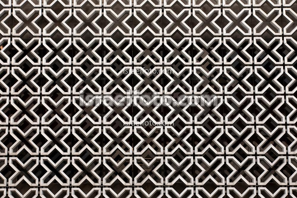 """28 de agosto de 2020. Ciudad de México. Patrón de """"equis"""" en la celosía del palacio legislativo de San Lázaro.  /  """"X"""" pattern on the San Lazaro legislative palace lattice."""