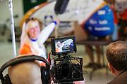 Christien Veelenturf wordt geinterviewd voor de televisie. Het Human Power Team Delft en Amsterdam (HPT), dat bestaat uit studenten van de TU Delft en de VU Amsterdam, is in Amerika om te proberen het record snelfietsen te verbreken. Momenteel zijn zij recordhouder, in 2013 reed Sebastiaan Bowier 133,78 km/h in de VeloX3. In Battle Mountain (Nevada) wordt ieder jaar de World Human Powered Speed Challenge gehouden. Tijdens deze wedstrijd wordt geprobeerd zo hard mogelijk te fietsen op pure menskracht. Ze halen snelheden tot 133 km/h. De deelnemers bestaan zowel uit teams van universiteiten als uit hobbyisten. Met de gestroomlijnde fietsen willen ze laten zien wat mogelijk is met menskracht. De speciale ligfietsen kunnen gezien worden als de Formule 1 van het fietsen. De kennis die wordt opgedaan wordt ook gebruikt om duurzaam vervoer verder te ontwikkelen.<br /> <br /> Christien Veelenturf is interviewed by a camera crew. The Human Power Team Delft and Amsterdam, a team by students of the TU Delft and the VU Amsterdam, is in America to set a new  world record speed cycling. I 2013 the team broke the record, Sebastiaan Bowier rode 133,78 km/h (83,13 mph) with the VeloX3. In Battle Mountain (Nevada) each year the World Human Powered Speed Challenge is held. During this race they try to ride on pure manpower as hard as possible. Speeds up to 133 km/h are reached. The participants consist of both teams from universities and from hobbyists. With the sleek bikes they want to show what is possible with human power. The special recumbent bicycles can be seen as the Formula 1 of the bicycle. The knowledge gained is also used to develop sustainable transport.