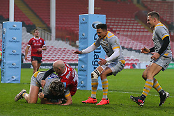 Michael Le Bourgeois of Wasps touches down, despite the challenge of Joe Simpson of Gloucester Rugby - Mandatory by-line: Nick Browning/JMP - 28/11/2020 - RUGBY - Kingsholm - Gloucester, England - Gloucester Rugby v Wasps - Gallagher Premiership Rugby