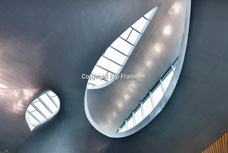 Nederland, the Netherlands, Arnhem, 11-11-2015Het nieuwe station van de gelderse hoofdstad wordt binnenkort officieel geopend. De ov terminal met parkeergarage en fietsenstalling is klaar. De ingewikkelde architectuur heeft het bouwproject veel problemen en vertraging opgeleverd. Het is dan ook een architectonisch en bouwkundig hoogstandje. Het ontwerp voor het station is gedaan door architectenbureau UNStudio, Ben van Berkel. Uiteindelijk heeft de bouw 18 jaar en 90 miljoen euro, veel meer als aanvankelijk begroot, gekost. FOTO: FLIP FRANSSEN/ HH