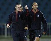 Fotball<br /> Foto: BPI/Digitalsport<br /> NORWAY ONLY<br /> <br /> 12/10/2004 England training, Tofiq Bahramov Stadium<br /> Wayne Rooney points something out to Rio Ferdinand