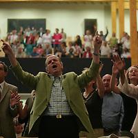 """Nederland.Leiderdorp.7 mei 2007.<br /> Gebedsgenezer en evangelist Jan Zijlstra, van Stichting De Levensstroom Gemeente in Leiderdorp, houdt in het hele land """"reddings- en  genezingscampagnes"""". Vast onderdeel in elke dienst is de handoplegging van zieken. Op deze avonden zouden er tal van genezingen plaatshebben, volgens het blad De Levensstroom. Uit christelijke kring komen echter uiteenlopende reacties op de gebeurtenissen tijdens de diensten. Prof. dr. W. J. Ouweneel constateert bijzondere genezingen, terwijl M. C. van Hoeven van stichting De Keursteen grote vragen heeft bij de controleerbaarheid ervan. Dr. M. J. Paul, docent aan de Christelijke Hogeschool Ede  (CHE), stelt de vraag of de reformatorische kerken het element van gebedsgenezing niet te veel hebben laten liggen.<br /> <br /> Foto:Jean-Pierre Jans/de Volkskrant<br /> N.B. NIET VOOR PUBLICATIE IN ANDERE DAGBLADEN!"""