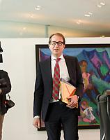 DEU, Deutschland, Germany, Berlin, 21.05.2014: <br />Bundesverkehrsminister Alexander Dobrindt (CSU) vor Beginn der 17. Kabinettsitzung im Bundeskanzleramt.
