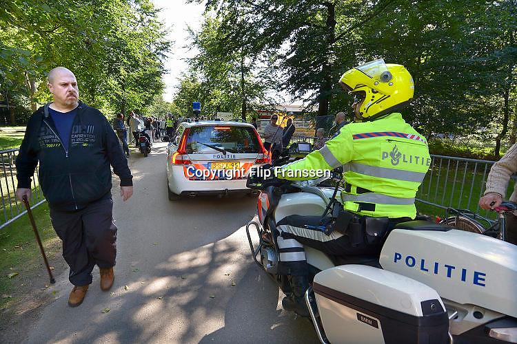 Nederland, the Netherlands, Nijmegen, 27-9-2015Tegenstanders van de opvang voor vluchtelingen demonstreren voor het hek van het tentenkamp Heumensoord. Ze wilden graag een kijkje nemen maar de toegang werd hun geweigerd. Met hoge snelheid worden te tenten gebouwd voor de noodopvang van 3000 asielzoekers in natuurgebied Heumensoord. 3000 Asielzoekers, vluchtelingen, worden hier tijdelijk gehuisvest in een tentenkamp tot uiterlijk 1 juni 2016. In 1998, werd er ook een noodkamp gevestigd. Destijds werd op Heumensoord onderdak geregeld voor een kleine 1.000 asielzoekers. Nijmegen, the Netherlands, 23-9-2015 In Holland the growing number of refugees forces the government to house them temporary and improvised in unused or empty buildings and halls. Often these are rented from private owners or real-estate firms. In this case a tent camp is erected in a wooded area near the city of Nijmegen. The tents are also used during the famous four days marches on this location. FOTO: FLIP FRANSSEN/ HH