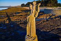 France, Morbihan (56), Locmariaquer, Pointe de Kerpenhir, presqu'île qui marque l'embouchure Ouest du golfe du Morbihan, Statue de Notre-Dame de Kerdro (1946), sculpture monumentale de Jules-Charles Le Bozec // France, Morbihan (56), Locmariaquer, Pointe de Kerpenhir, peninsula which marks the western mouth of the Gulf of Morbihan, statue of Our Lady of Kerdro (1946), Monumental Sculpture of Jules-Charles Le Bozec