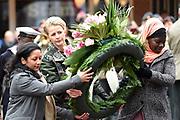 Prinses Mabel heeft in de Grote Kerk in Vlaardingen namens de mede door haar opgerichte organisatie Girls Not Brides de Geuzenpenning in ontvangst genomen.<br /> <br /> In the Grote Kerk in Vlaardingen, Princess Mabel received the Geuzen Medal on behalf of the organization Girls Not Brides, which she co-founded.<br /> <br /> op de foto / On the photo: <br />  Prinses Mabel van Oranje legt een krans bij het Geuzenmonument <br /> <br /> Princess Mabel of Orange is laying flowers at the Geuzen Monument