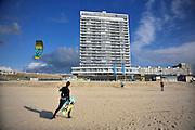 Nederland, The Netherlands, Zandvoort, 27-3-2016Aan het strand langs de Noordzee van Zandvoort. Het is paasweekend en daardoor zijn er veel toeristen, vooral uit duitsland . Het hoge gebouw is het palace hotel  . Een windsurfer loopt het strand op  .Foto: Flip Franssen/HH