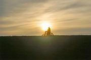 Nederland, Nijmegen, 10-12-2020 Een jeugdige fietser, scholier rijdt over de dijk bij laagstaande zon .Foto: ANP/ Hollandse Hoogte/ Flip Franssen
