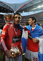 20100509: LISBON, PORTUGAL - SL Benfica vs Rio Ave: Portuguese League 2009/2010, 30th round. In picture:  Oscar Cardozo and Angel Di Maria celebrating with the trophy. PHOTO: Alvaro Isidoro/CITYFILES