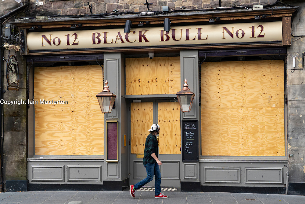 Edinburgh, Scotland, UK. 4 June 2020.  As Covid-19 lockdown relaxation continues in Scotland very few shops and businesses are open. Streets remain quiet and pubs and, with a few exceptions, bars and pubs are closed. Pictured; Closed and boarded up pubs in grass market in Old Town. Iain Masterton/Alamy Live News