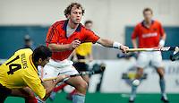 WK Hockey. Nederland-Belgie (5-1). Teun de Nooijer probeert een pass van de Belg Jean Willems te onderscheppen.