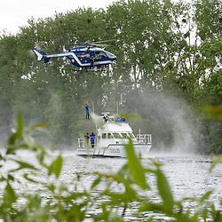 Exercice d'hélitreuillage d'un hélicoptère EC145 de la SAG Velizy-Villacoublay en coopération avec la brigade de gendarmerie fluviale de Conflans Sainte Honorine. Herblay (78)