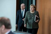 31 OCT 2018, BERLIN/GERMANY:<br /> Olaf Scholz (L), SPD, Bundesfinanzminister, und Angela Merkel (R), CDU, Bundeskanzlerin, vor Beginn der Kabinettsitzung, Bundeskanzleramt<br /> IMAGE: 20181031-01-025<br /> KEYWORDS: Kabinett, Sitzung