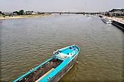 Nederland, Nijmegen, 25-7-2019Een leeg binnenvaartschip vaart over de Waal bij Nijmegen.Het schip gaat aanleggen aan de kade .Foto: Flip Franssen