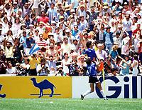Fotball<br /> England<br /> Foto: Colorsport/Digitalsport<br /> NORWAY ONLY<br /> <br /> Diego Maradona celebrates scoring the 2nd Argentina goal Argentina v England, World Cup, Azteca Stadium, Mexico, 22/06/1986