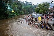 Pilgrimer badar i den heliga floden Pamba (Pampa) i Sabarimala, Kerala, Indien<br /> <br /> Pilgrims bathing in the holy Pamba (Pampa) River in Sabarimala, Kerala, India