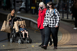 © Licensed to London News Pictures. 20/10/2020. Manchester, UK. People wear masks in central Manchester. Manchester is expecting to be forced in to a Tier 3 lockdown unless a deal is agreed, which could see businesses such as pubs and bars closed. Photo credit: Kerry Elsworth/LNP
