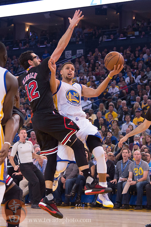 November 20, 2015; Oakland, CA, USA; Golden State Warriors guard Stephen Curry (30) shoots a layup against Chicago Bulls guard Kirk Hinrich (12) during the first quarter at Oracle Arena.
