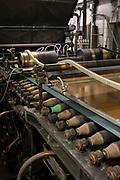 Papiermasse auf Europas älteste noch laufende Papiermaschine (50m lang mit 70m Papier): Herstellung von Premiumpapier bei GMUND in Gmund am Tegernsee, Deutschland, 20. Januar 2020