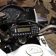 Overdragen C2000 systeem aan politie, brandweer, cpa Gooi & Vechtstreek, mobilofoon Motorola MtM700 op een politiemotor