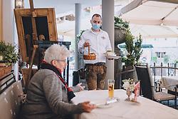 15.05.2020, Kaprun, AUT, Coronavirus in Österreich, im Bild ein Kellner des Restaurants Dorfkrug serviert mit MSN Maske einem Gast Essen während der Coronavirus Pandemie // a Waiter of the Dorfkrug Restaurant serving a guest meal with MSN mask during the World Wide Coronavirus Pandemic in Kaprun, Austria on 2020/05/15. EXPA Pictures © 2020, PhotoCredit: EXPA/ JFK