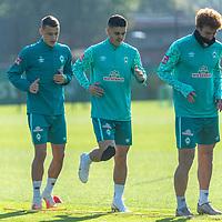 13.10.2020, Trainingsgelaende am wohninvest WESERSTADION - Platz 12, Bremen, GER, 1.FBL, Werder Bremen Training<br /> <br /> <br /> Aufwärmen vor dem Training<br /> Querformat<br /> Joshua Sargent (Werder Bremen #19)<br /> Milot Rashica (Werder Bremen #07)<br /> Maximilian Eggestein (Werder Bremen #35)<br /> Ömer / Oemer Toprak (Werder Bremen #21)<br /> <br /> <br /> Foto © nordphoto / Kokenge