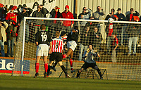 Fotball<br /> England 2004<br /> 13.11.2004<br /> Foto: SBI/Digitalsport<br /> NORWAY ONLY<br /> <br /> Hayes v Wrexham <br /> FA Cup Round One<br /> <br /> Dennis Lawrence heads the ball goalward and subsequently pounced to score  on the rebound as the goal keeper parried the ball
