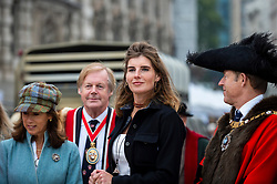 © Licensed to London News Pictures. 26/09/2021. LONDON, UK.  Amanda Owen, The Yorkshire Shepherdess (2R), accompanies the Lord Mayor of London, The Right Honourable William Russell, and other Freemen of the City, becoming river shepherds for the day on Southwark Bridge.  Organised by Worshipful Company of Woolmen, the event recognises the historical right of Freemen of the City to drive sheep over the Thames and into the City.  Photo credit: Stephen Chung/LNP