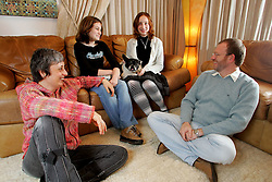 """Mario e Diana Corso, com a filhas Julia(menor) e Laura mais o bulldog frances Bilbo. Mario e Diana são psicanalistas e autores do """"Fadas no Divã"""", que tem umas 600 páginas e toda vocação para virar um clássico. FOTO: Jefferson Bernardes / Preview.com"""
