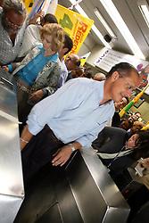 """Porto Alegre - RS, 28/07/2006; O candidato a Presidencia da Republica, Geraldo Alckmin acompanhado da candidata ao governo do Estado do RS, Yeda Crusius, pela coligação """" Rio Grande Afirmativo"""" durante viajem de metro de Canoas a Porto Alegre. FOTO: JEFFERSON BERNARDES/PREVIEW.COM"""