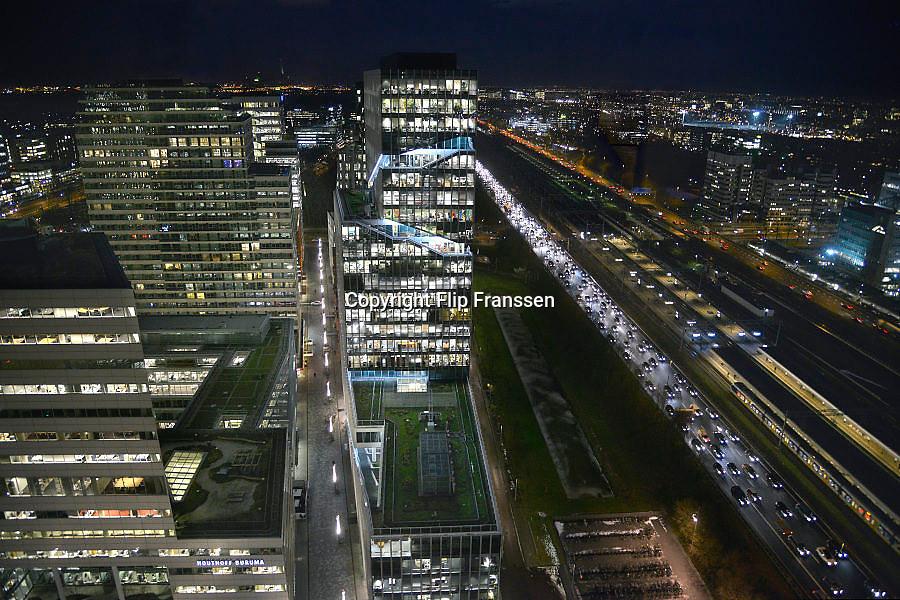 Nederland, Amsterdam, 28-1-2013Serie beelden van de zuidas en rondweg a10 vanuit een hoge lokatie, het anb-amro gebouw.Het vinoly gebouw, vinolygebouw, vinoly-gebouw met verschillende huurders waaronder google en zicht op de drukke a10 rondweg.Foto: Flip Franssen/Hollandse Hoogte