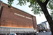 Heineken plaatst 'apostrof s' terug op gevel brouwerij<br /> Freddy Heineken liet eind jaren vijftig de 'apostrof s' van de gevel van de brouwerij verwijderen omdat hij de toenmalige naam niet internationaal vond klinken. Woensdagmiddag werd de 's teruggeplaatst.<br /> <br /> De ontbrekende letter en apostrof blijven een week lang hangen. De tijdelijke terugplaatsing is ter ere van het 150-jarig bestaan van de Heinekenbrouwerij aan de Stadhouderskade.