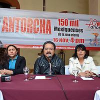 Toluca, México.- Carlos Ugalde Sixto, Cecilia Flores y Margarita Flores Ortiz, integrantes del Movimiento Antorchista anunciaron el festejo de aniversario de este movimiento que se realizara en el Estadio Azteca, y en el cual esperan la asistencia de 150 mil antorchistas. Agencia MVT / José Hernández