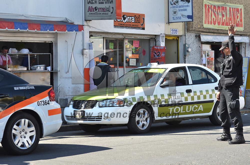Toluca, México.- La Secretaria del Transporte, apoyada con elementos de la Secretaria de Seguridad Ciudadana y la transito municipal de Toluca, realizaron operativo de revisión a taxistas para detectar unidades piratas o que no porten documentos que acreditan dar el servicio, en la calle Felipe Berriozábal frente a la Central Camionera de Toluca. Agencia MVT / José Hernández