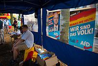 DEU, Deutschland, Germany, Königs Wusterhausen, 30.08.2019: Wahlkampfveranstaltung der Partei Alternative für Deutschland (AfD). Parteistand mit Plakat von Andreas Kalbitz und Plakat Wir sind das Volk, Wende 2.0.
