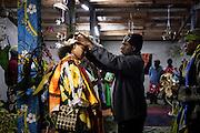 Célébration du mariage entre un clan de Lifou (îles Loyauté) et un clan des îles Belep (archipel situé à l'extrême nord de la Nouvelle-Calédonie).<br /> L'homme d'un clan de Drueulu, dans la Grande-Chefferie de Gaïca, accueille et couronne sa future épouse. Il aura fallu deux jours au clan de la femme, dans un voyage en bateau, bus et avion, pour rejoindre le clan de l'homme et y accompagner la future épouse.<br /> Cérémonie coutumière de mariage – Drueulu, Grande chefferie de Gaica, Lifou, Îles Loyauté, Nouvelle-Calédonie - septembre 2013.