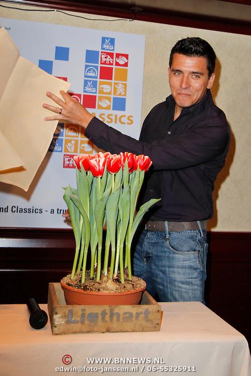 NLD/Volendam/20120314 - Jan Smit doopt naar hem vernoemde tulp, Jan Smit onthult de naar hem vernoemde rood witte tulp