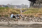 Nederland, Nijmgen, 21-8-2019In het buitengebied vlakbij de stad bij de waalbrug bivakeert iemand in een tent. Foto: ANP/ Hollandse Hoogte/ Flip Franssen
