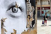LIVORNO - Vrouw met boodschappentas bij een verweerde poster met vrouwengezicht op het Piazza de Republica. ANP COPYRIGHT JURRIAAN BROBBEL