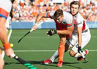 AMSTELVEEN -  Sander de Wijn (Ned) met Manu Stockbroekx (Bel.) tijdens  de finale (heren) Belgie-Nederland (2-4) bij de Rabo EuroHockey Championships 2017. COPYRIGHT KOEN SUYK