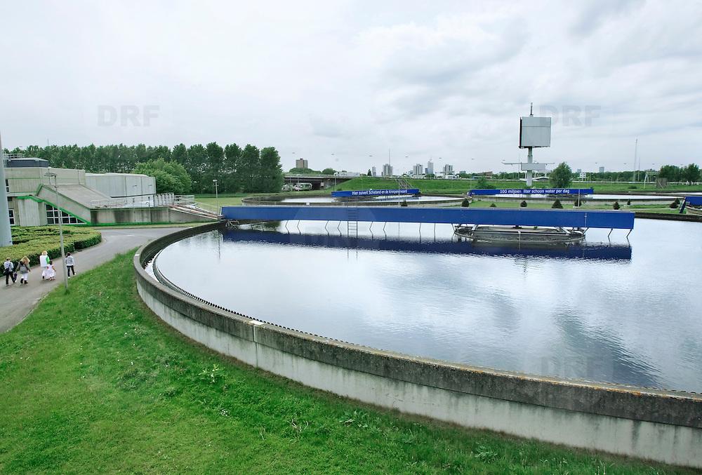 Nederland Capelle aan den Ijssel 9 mei 2009 20090509Zuivering water Awzi Kralingseveer, Rivium Awzi Kralingseveer is de grootste afvalwaterzuiveringsinstallatie van Schieland en de Krimpenerwaard. Deze zuivering zuivert het afvalwater van huishoudens en bedrijven . Waterschap Schieland en de Krimpenerwaard, deze zorgt als waterschap voor droge voeten en schoon water in een bepaald gebied. Foto David Rozing