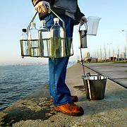 Nederland Rotterdam 23 mei 2006 20060523 Foto: David Rozing ..Testen van waterkwaliteit rivier de Maas dmv het nemen van watermonsters..Man taking samples of water (river: de Maas) to check the quality  ..Foto: David Rozing/