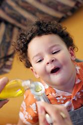 Joel Madalosso Rodrigues, 2 anos, na hora do remédio. FOTO: Jefferson Bernardes/Preview.com