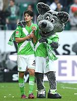 Fotball<br /> Tyskland<br /> 16.05.2015<br /> Foto: Witters/Digitalsport<br /> NORWAY ONLY<br /> <br /> Schlussjubel v.l. Timm Klose, Maskottchen Woelfi (Wolfsburg)<br /> Fussball Bundesliga, VfL Wolfsburg - Borussia Dortmund 2:1