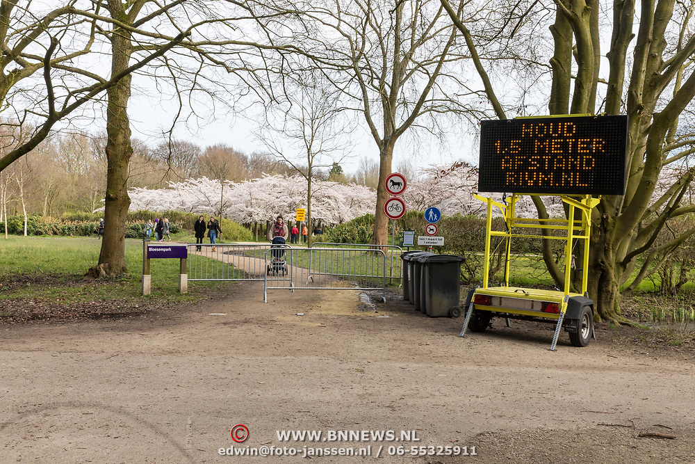 NLD/Amstelveen/20200318 - Bloesempark Amstelveen, RIVM waarschuwing bij het Bloesempark in Amstelveen