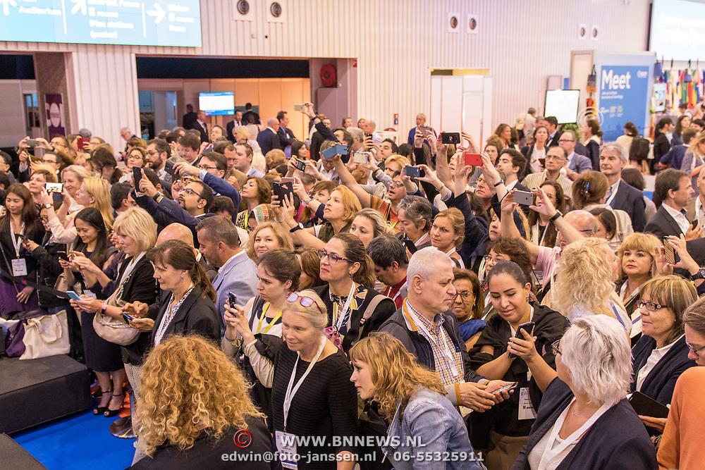 NLD/Amsterdam/20170626 - Maxima aanwezig bij het Congress of European Academy of Neurology, drukte bij Maxima