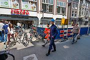 In het centrum van Utrecht wordt gewerkt aan de straten waardoor er minder ruimte is voor fietsen en winkelend publiek.<br /> <br /> Construction in Utrecht leaves less room for bicycles and shoppers.