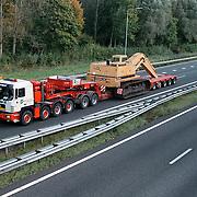 Zwaar transport fa Zwagerman, vrachtwagen met shovel met begeleiding