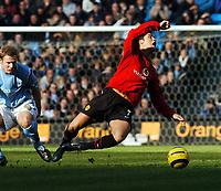 Fotball<br /> Premier League 2004/05<br /> Manchester City v Manchester United<br /> 13. februar 2005<br /> Foto: Digitalsport<br /> NORWAY ONLY<br /> Ben Thatcher Manchester City/Cristiano Ronaldo Mancherser United